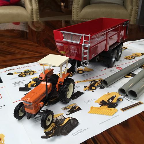 1/32 New Hooland Fiat 640 Tractor w/ Chevance Farmer GV Trailer Tractor