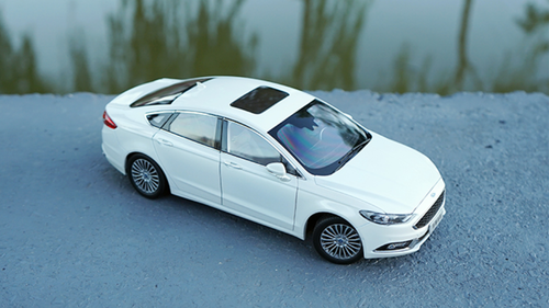 1/18 Dealer Edition 2018 Ford Fusion / Mondeo (White) Diecast Car Model