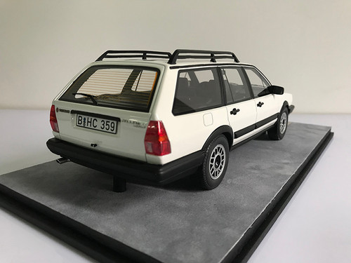1/18 Dealer Edition Classic 1980-1989 Volkswagen VW Passat Variant / Santana Hatchback Wagon (White) Resin Car Model