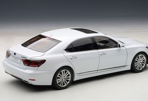 AUTOART SIGNATURE 1/18 LEXUS LS LS600HL (WHITE PEARL) CAR MODEL