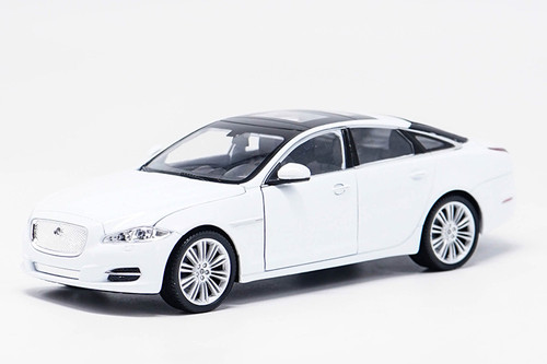 1/24 Welly Jaguar XJ XF (White) Diecast Car Model