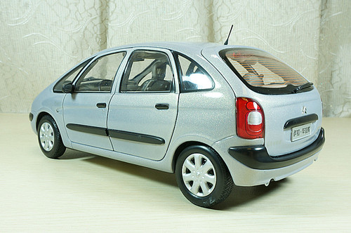 1/18 Dealer Edition Citroen Picasso (Silver Blue / Green) Diecast Car Model