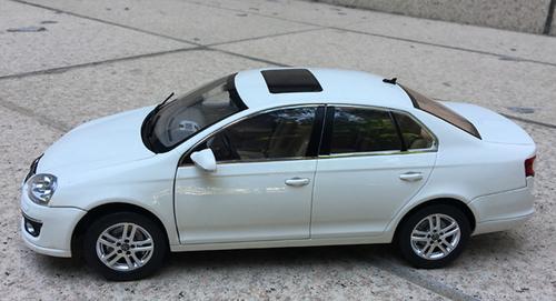 1/18 Dealer Edition Volkswagen VW Jetta / Sagitar (White) 5th Generation (A5, Type 1K5; 2006–2011) Diecast Car Model