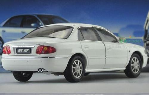 1/18 Dealer Edition 2004 Buick Regal (White) Diecast Car Model