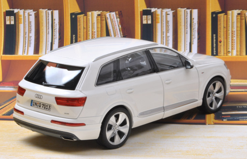 1/18 Minichamps 2015 Audi Q7 (White) Diecast Car Model