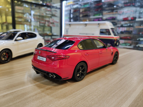 1/18 OTTO Alfa Romeo Giulia Quadrifoglio (Red) Enclosed Car Model Limited