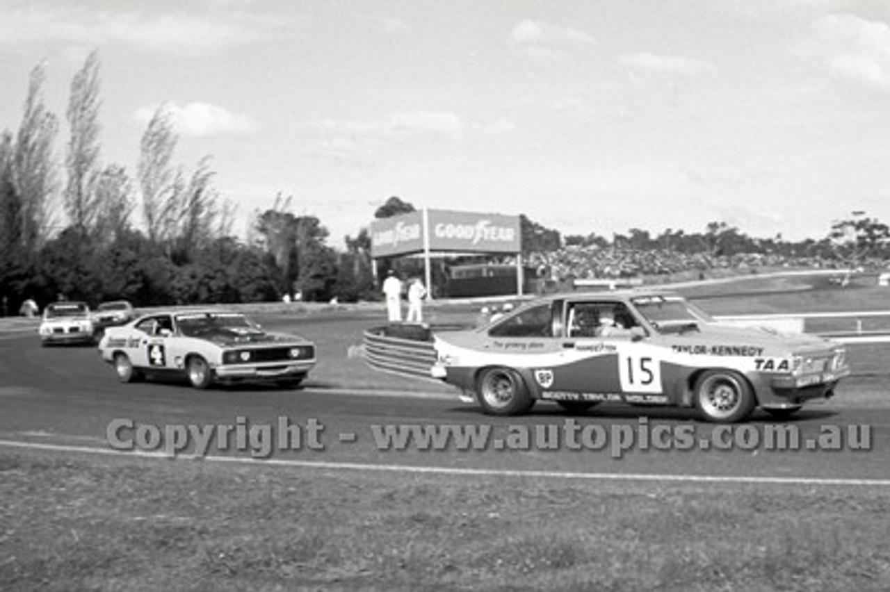 79058 - Taylor / Kennedy, Holden Torana A9X  & C. Bond / J. French Falcon XC Hardtop - Sandown Hang Ten 400 9th September 1979 - Photographer Darren House