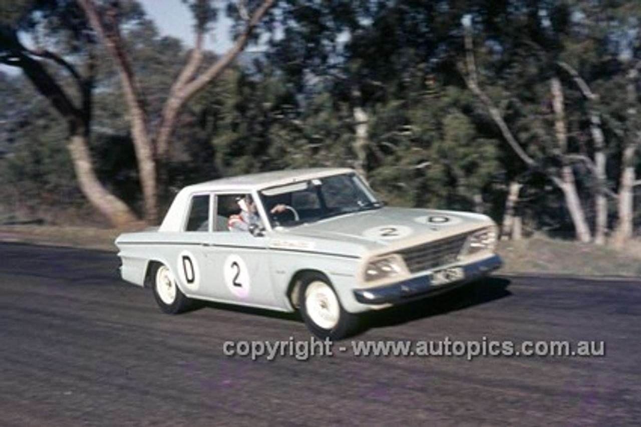 65785 - Fred Sutherland & Allan Mottram, Studebaker Lark - Armstrong 500 Bathurst 1965 - Photographer Ian Thorn