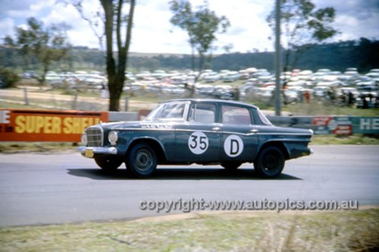 620011 - D. Algie & K. Hibbard, Studebaker Lark - Bathurst Six Hour Classic - 30th September 1962 - Photographer Bruce Wells.