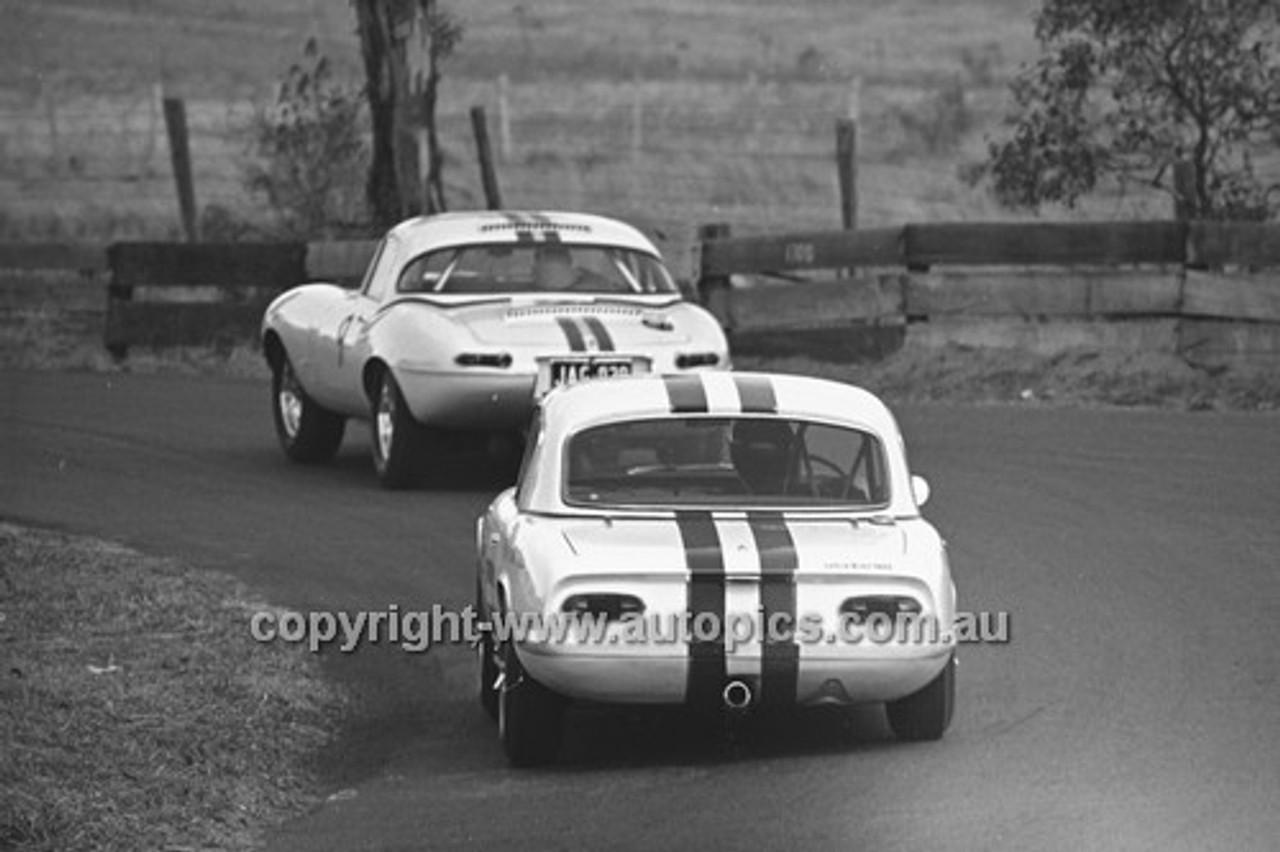 65492 - Bob Jane E Type Jaguar & Leo Geoghegan, Lotus Elan  - 19th April 1965 - Bathurst
