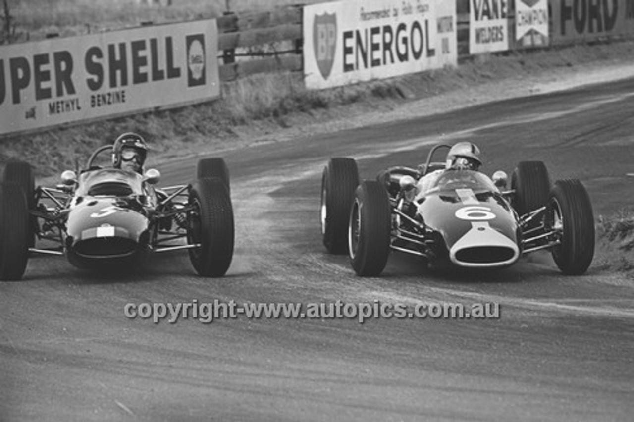 65572 - Leo Geoghegan, Lotus 32 & Bib Stillwell, Repco Brabham  - 19th April 1965 - Bathurst
