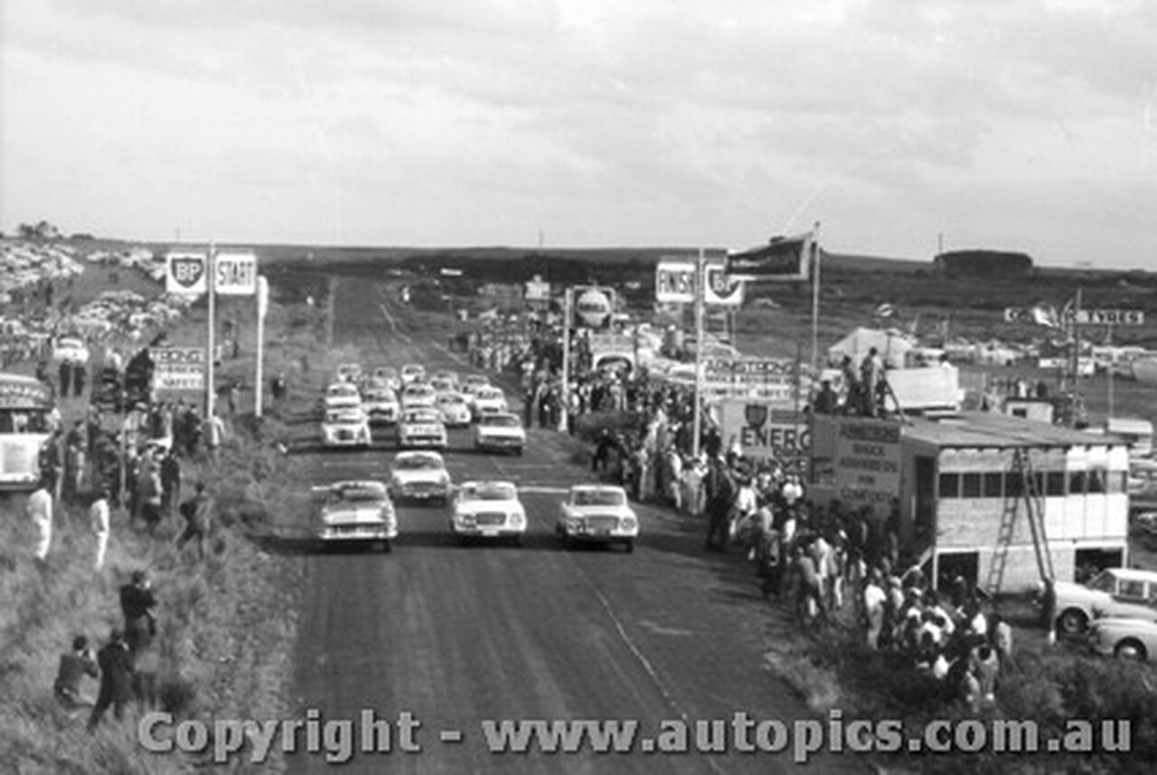 61701 - Start of the Armstrong 500 Phillip Island 1961 - Studebaker / Ford Customline / Vauxhall Velox