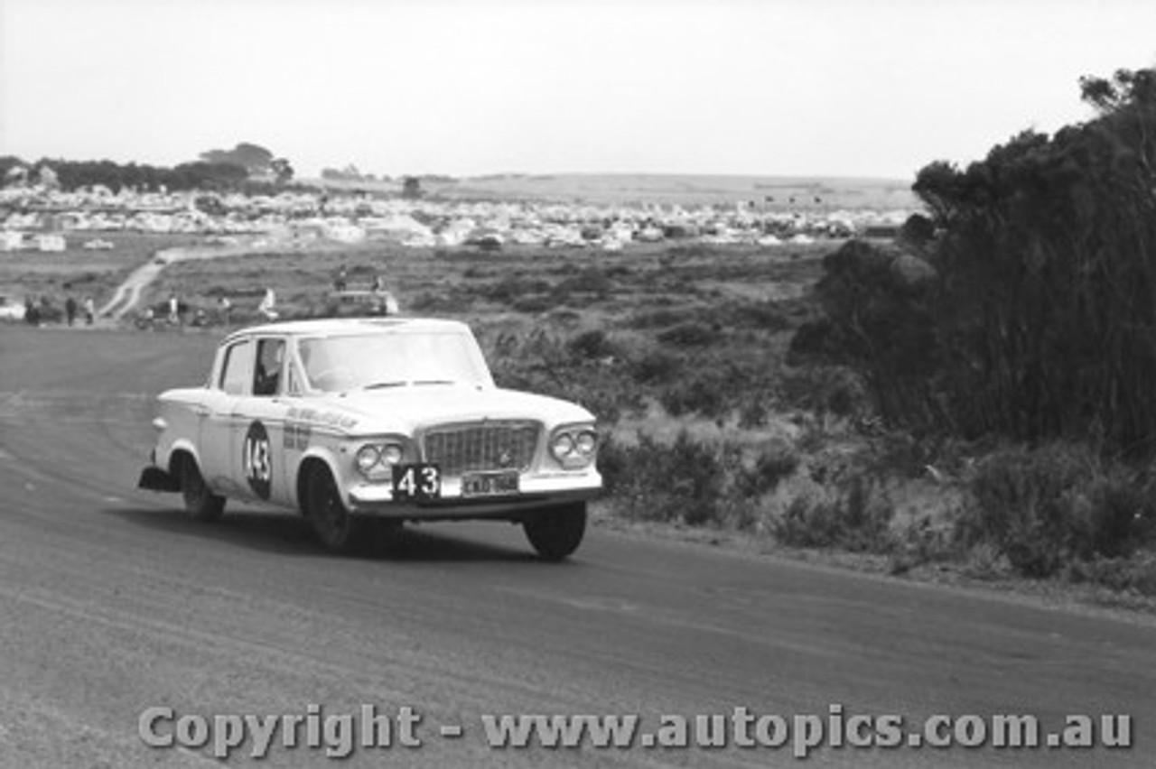 61706 - McKay / Foley Studebaker Lark - Armstrong 500 Phillip Island 1961