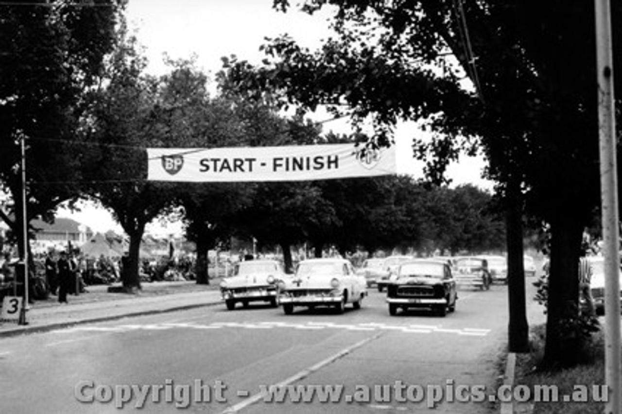 58003 - R. Holden FC Holden  /  N. Beechey  / O. Bailey Ford Customlines - Albert Park 1958