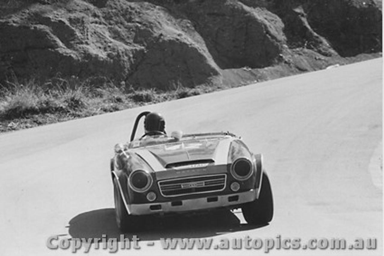 73411 - R. Porter Datsun 2000  - Bathurst 1973