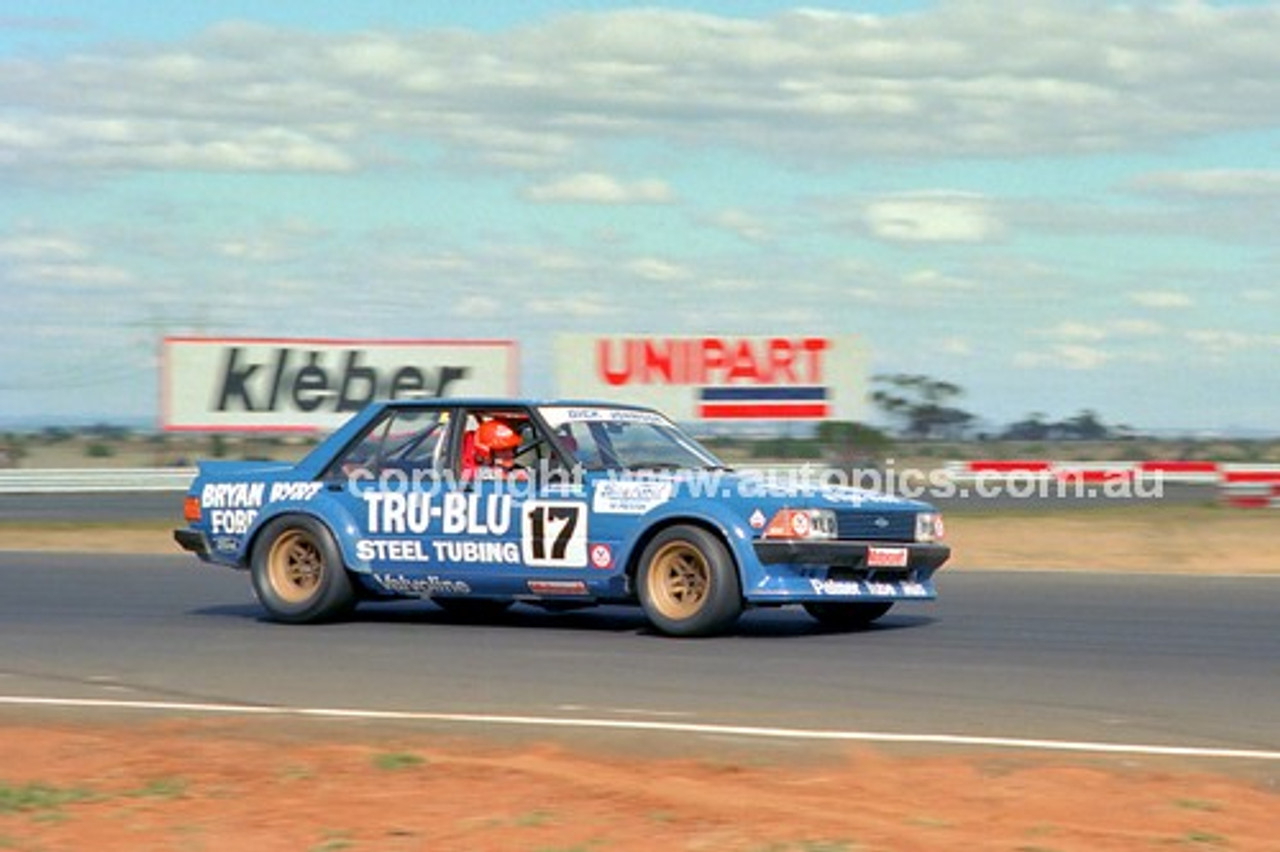 81095 - Dick Johnson, Falcon XD & Peter Brock, Commodore - Calder 15th March 1981 - Photographer Peter D'Abbs