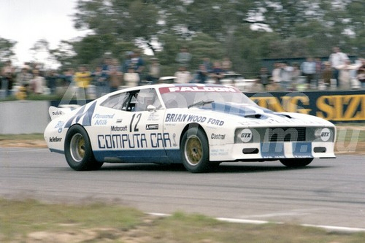 79116 - Allan Grice, Courvair & Jim Richards, Falcon  - Aust. Sports Sedan Championships.  Wanneroo 10th June 1979 - Photographer Tony Burton