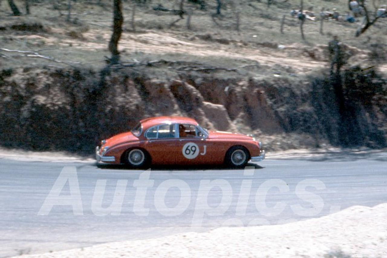 61028 - Ron Hodgson - 3.8 Jaguar - Bathurst Easter 1961 - Photographer Peter Wilson