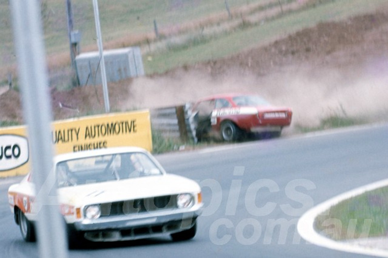 74166 - Brian Foley Alfa - Comming to grief at - Oran Park 1974