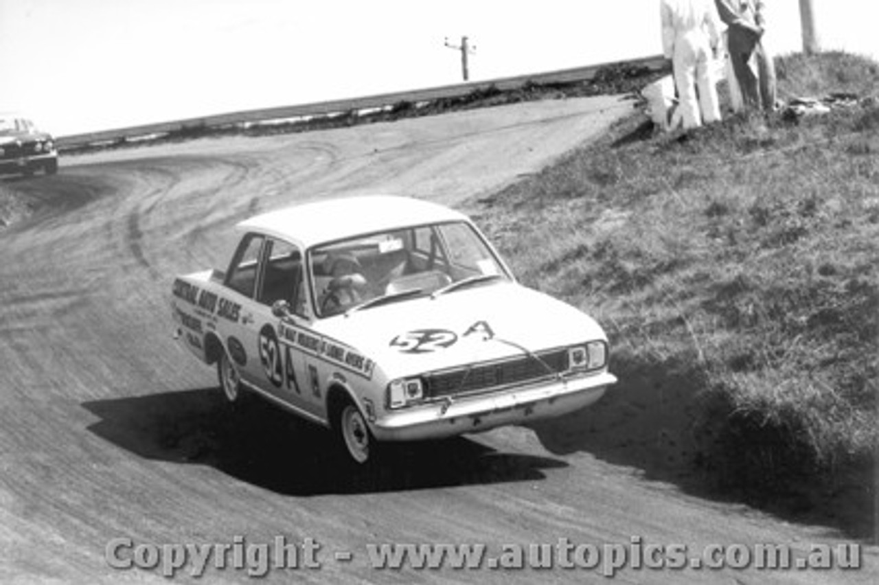 68749 - Lionel Ayres / Max Volkers Ford Cortina 220  1300cc - Bathurst 1968