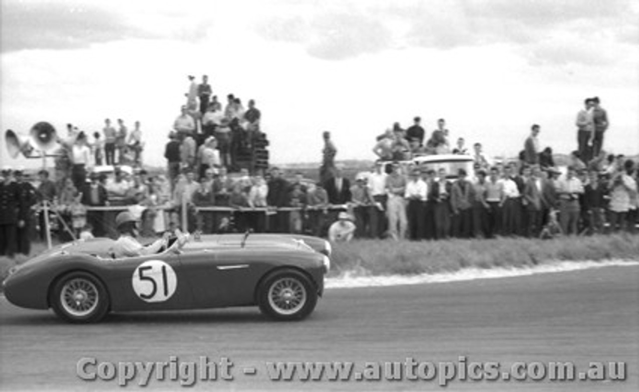 59403 - J. Cleary Austin Healey 100S -  Fishermen s Bend 10th Oct. 1959