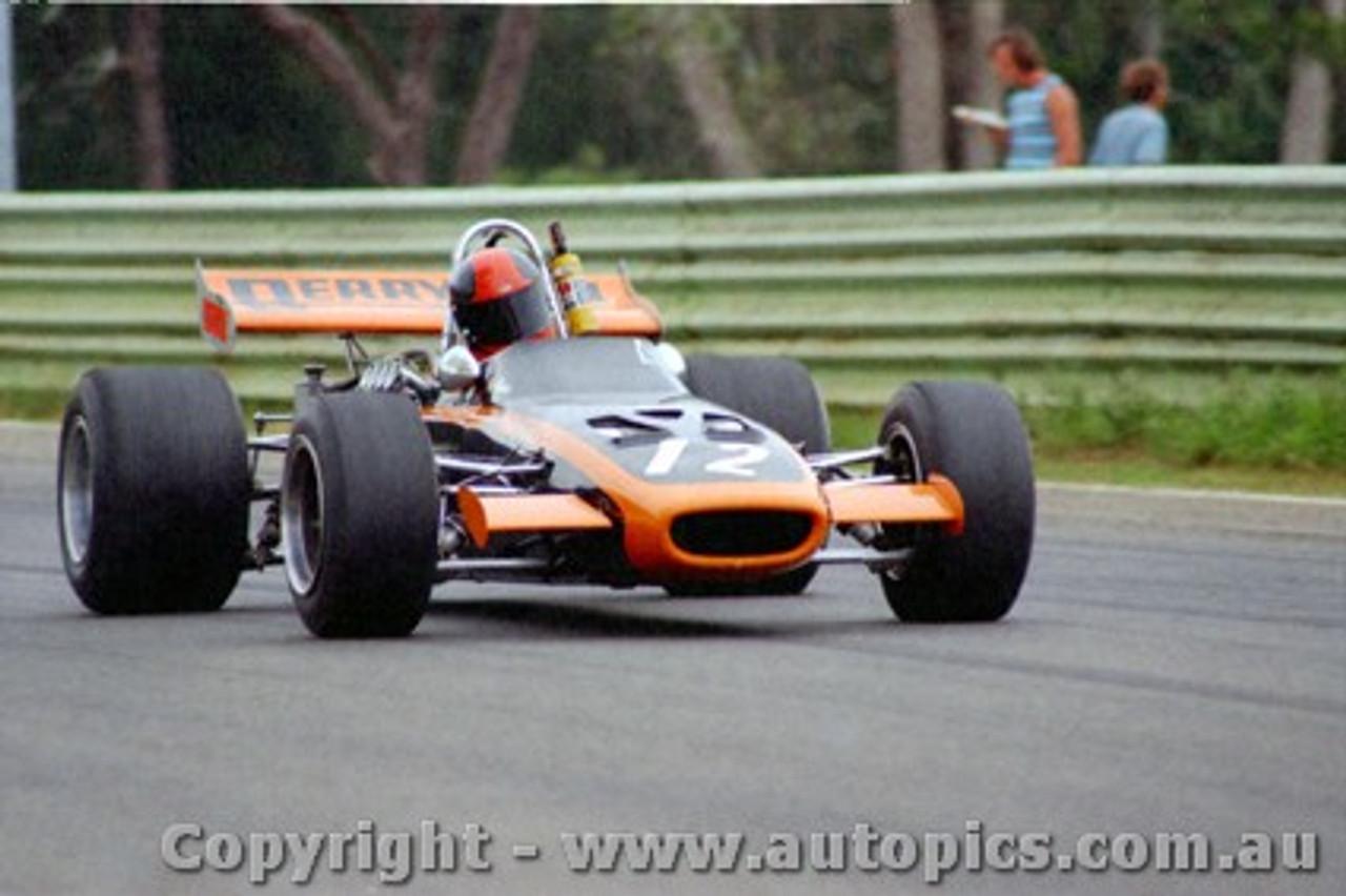 71537 - Warwick Brown McLaren M4A  - Warwick Farm 21st November 1971 - Photographer Jeff Nield