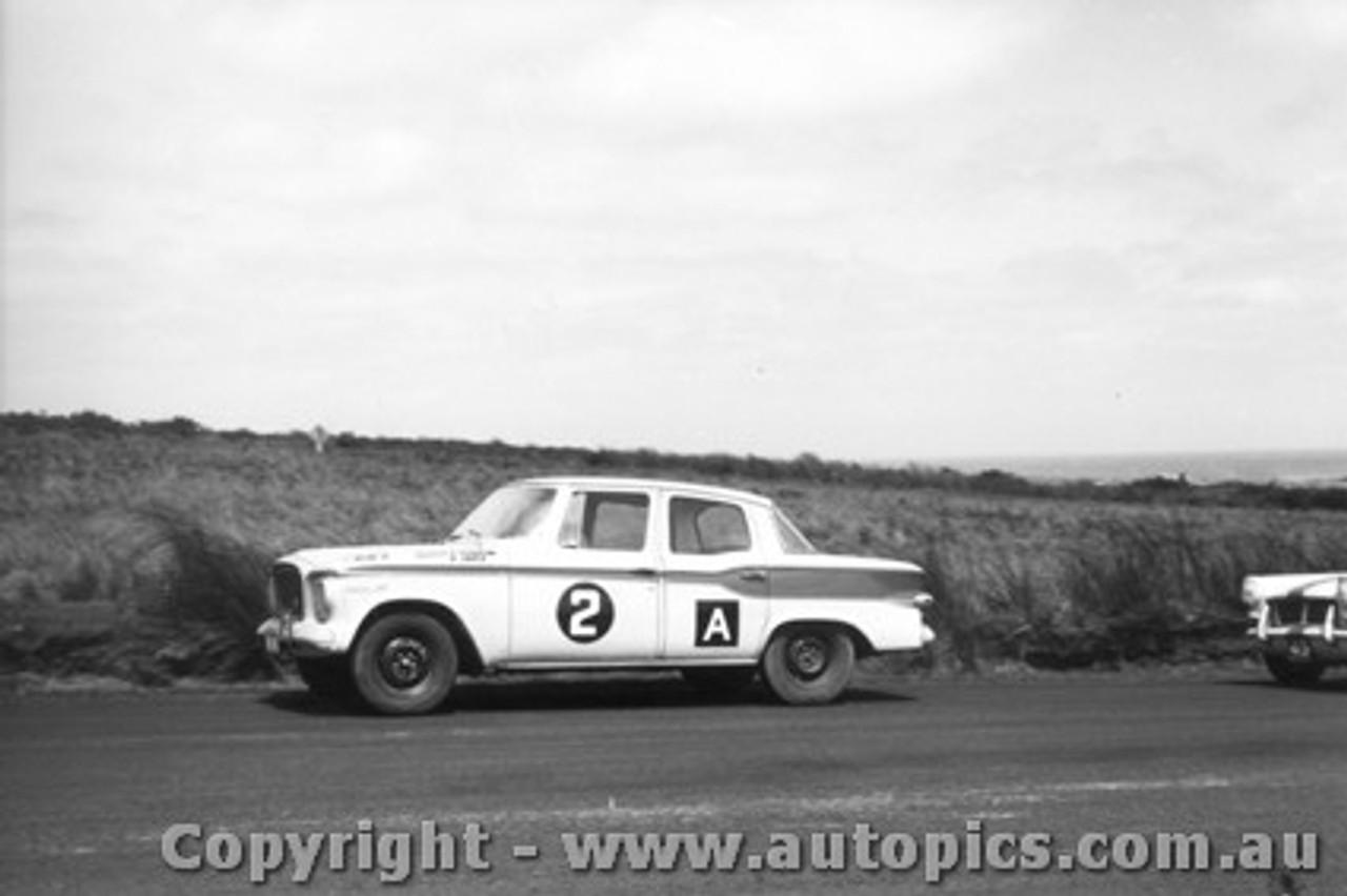 62727 -  F. Sutherland / B. Graetz Studebaker Lark - Armstrong 500 - Phillip Island 1962