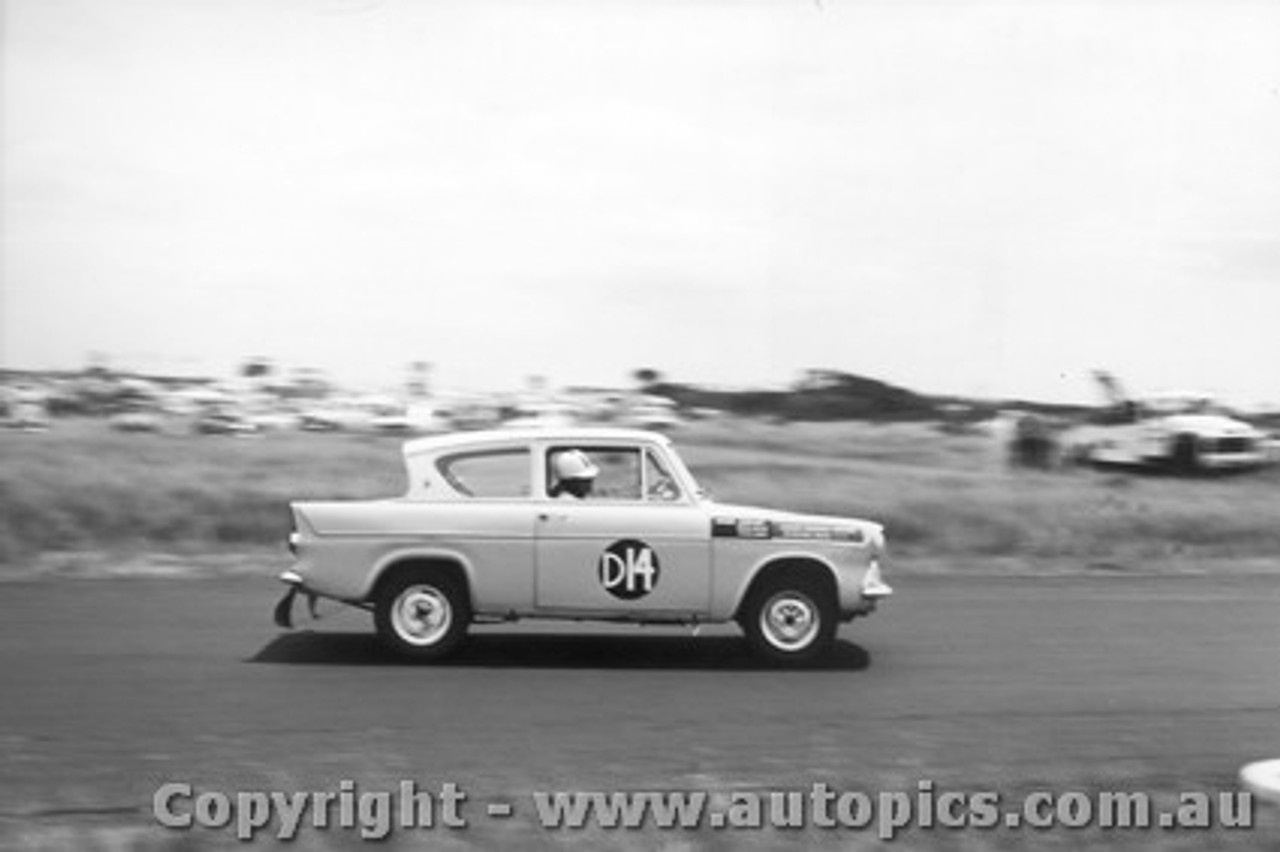 61720 - K. Lott / B. Devlin / P. Candy  - Ford Anglia - Armstrong 500 Phillip Island 1961