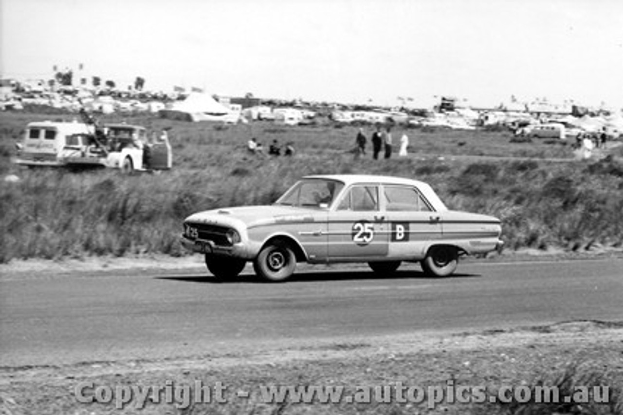 62738 - A. Caelli / J. Edwards / J. Bodinnar - Ford Falcon Pursuit XL - Armstrong 500 - Phillip Island 1962