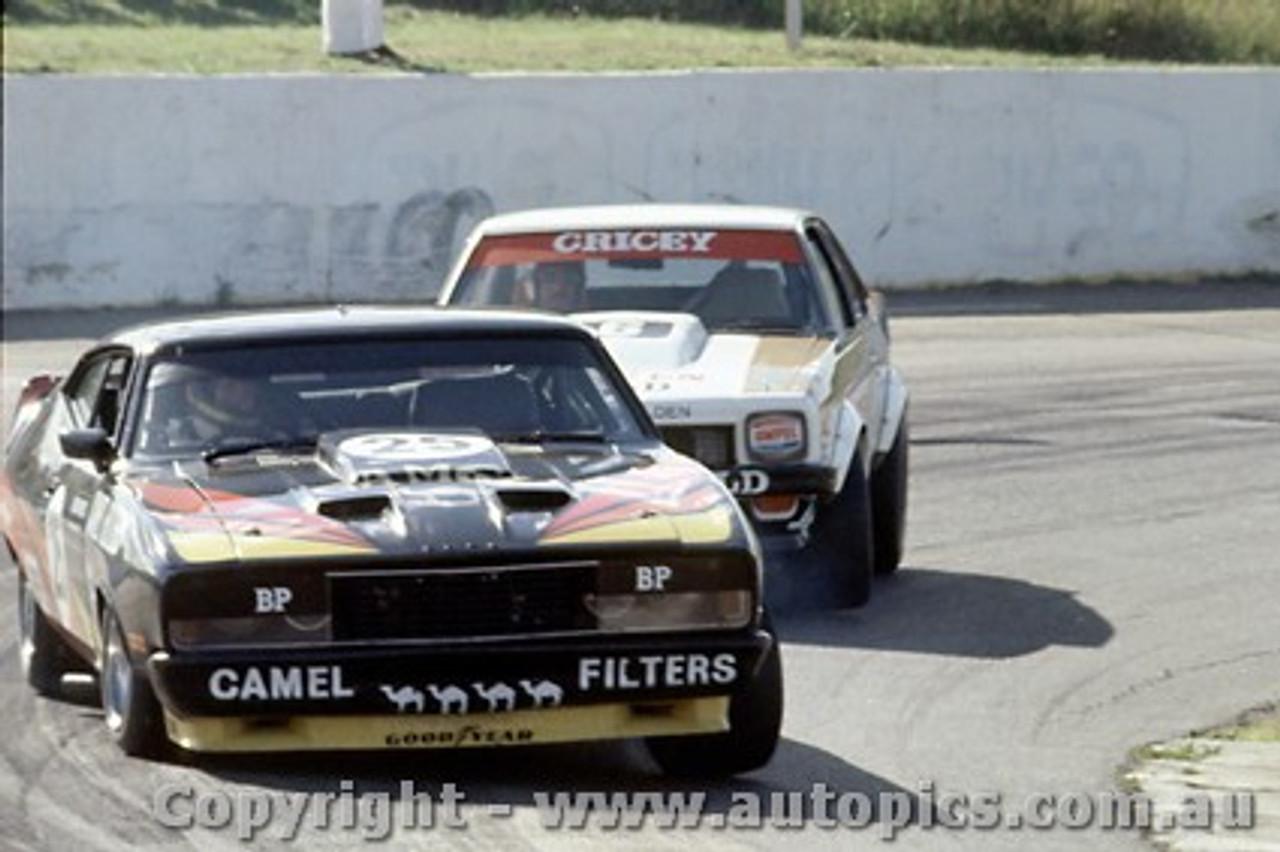 79036 - A. Moffat Ford Falcon XC / A. Grice Holden Torana A9X - Oran Park 25th March 1979 - Photographer Richard Austin
