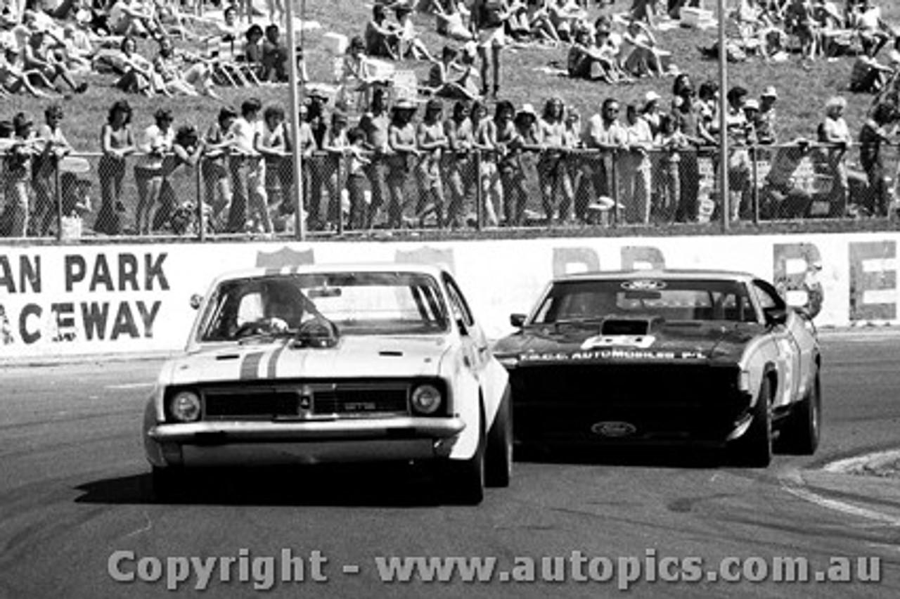 77050 - Tom Jesperson  Holden Monaro /  Allan Collins Ford Falcon - Oran Park 27th March 1977 - Photographer Lance Ruting