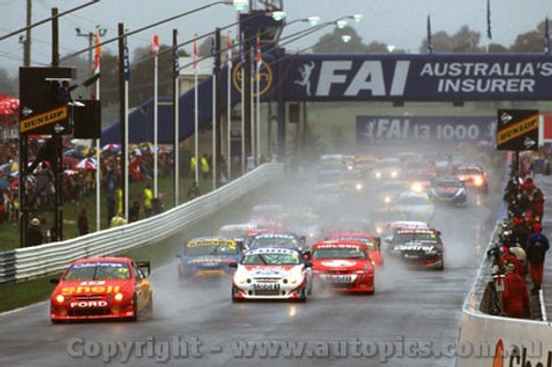 200700 - The Start of the FIA 100 Bathurst 2000 - Falcon leads the Commodores