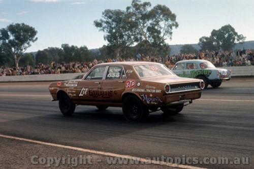 75905 - Falcon V's Holden Castlereagh Drags 1975 - Photographer Jeff Nield