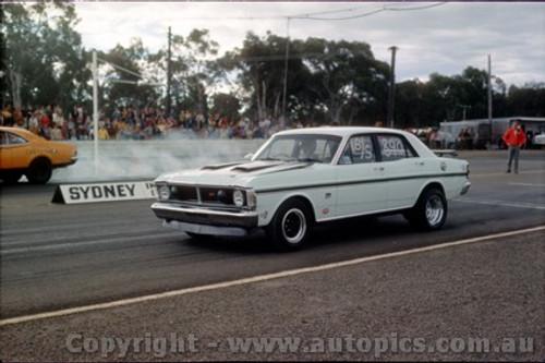 75907 - Falcon V's Holden Castlereagh Drags 1975 - Photographer Jeff Nield