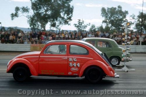 75909 - VW  V's  FJ Holden - Castlereagh Drags 1975 - Photographer Jeff Nield