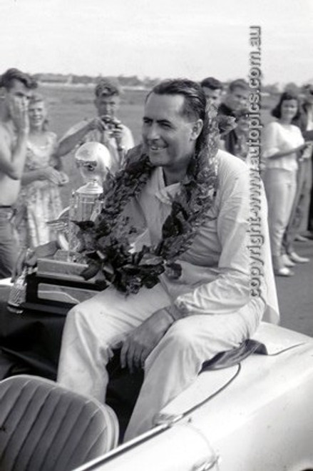 630051 - Jack Brabham, Warwick Farm International 1963 - Photographer Bruce Wells.