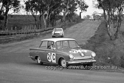 640005 - Ian (Pete) & Leo Geoghegan, Cortina MK1 GT -  Armstrong 500 Bathurst 1964 - Photographer Bruce Wells