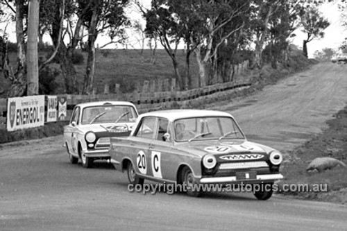 640007 -  B. McPhee & B. Mulholland / B. Seton & H. Taylor, Cortina MK1 GT -  Armstrong 500 Bathurst 1964 - Photographer Bruce Wells