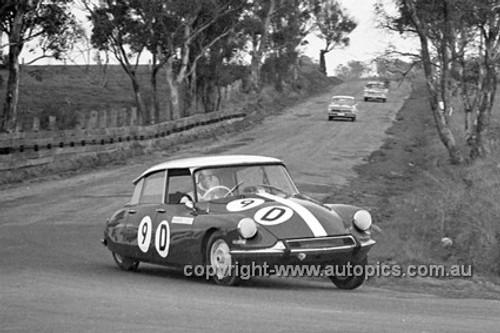 640008 -  B. Buckle & B. Foley, Citroen ID 19 -  Armstrong 500 Bathurst 1964 - Photographer Bruce Wells