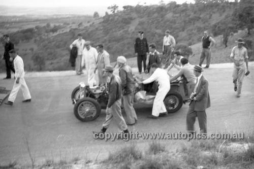 52507 - Les Wheeler, MGTC - Bathurst Easter Meeting 1952 - Photographer John Ryan