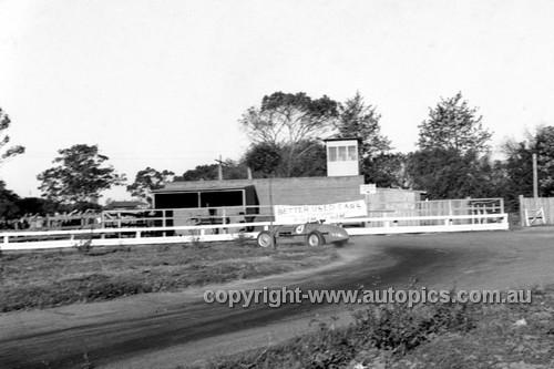 52513 - Stan Jones, Maybach - Parramatta Park 9th June 1952 - Photographer John Ryan