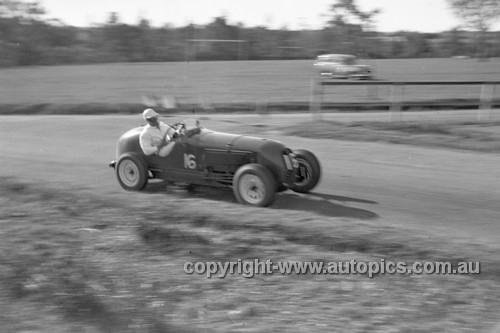 52516 - Harry Monday, Mercury - Parramatta Park 9th June 1952 - Photographer John Ryan