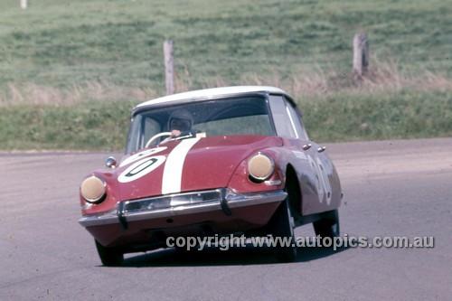 64783  -  B. Buckle / B. Foley  - Citroen ID19 -  Bathurst 1964 - Photographer Simon Brady