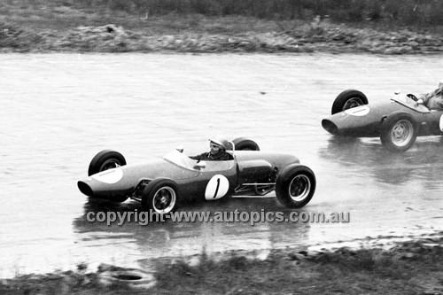 64568 - J. Sapir, Elfin & B. Powell, Lynx - Hume Weir 20th September 1964 - Photographer Bruce Wells