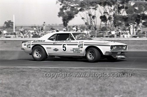 71329 - Terry Allan, Camaro - Calder 15th August 1971 - Photographer Peter D'Abbs