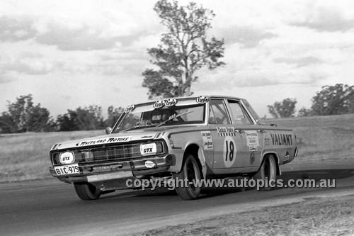 71336 - Jack Murray, Valiant Pacer - Dulux Rally Oran Park 1971 - Photographer Lance Ruting