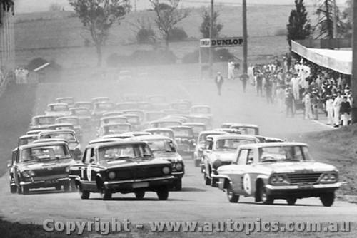 66706 - The Start - Bathurst 1966 - Weldon s Studebaker leads Eiffeltower in a Valiant V8 Auto