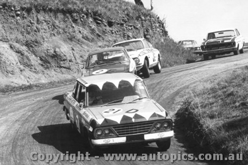 68710 - Weldon / Hall - Studebaker ahead of Gardner / French and Foley / Stewarts - Alfa Romeo 1750 GTV - Bathurst 1967