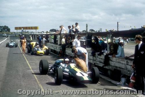 66535 - Jim Clark Lotus - F. Gardner Repco - G. Scott Lotus - Tasman Series Sandown 1966