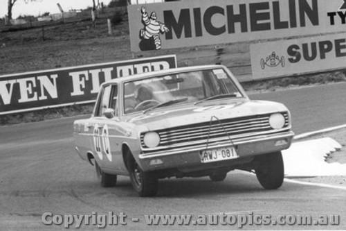 68724 - Clive Hodgins / Stan Pomroy Valiant V8 Auto - Bathurst 1968